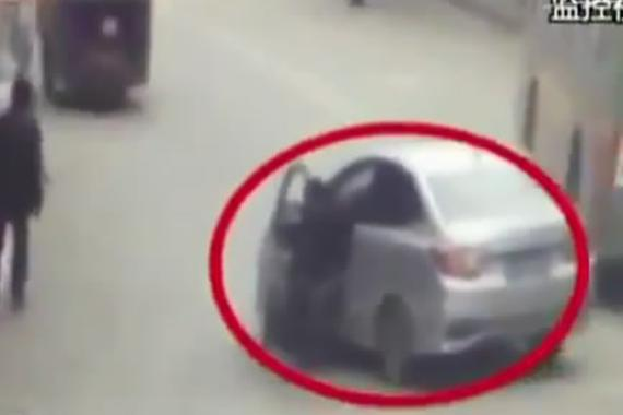 视频:新手上路!男子着急用双脚刹车