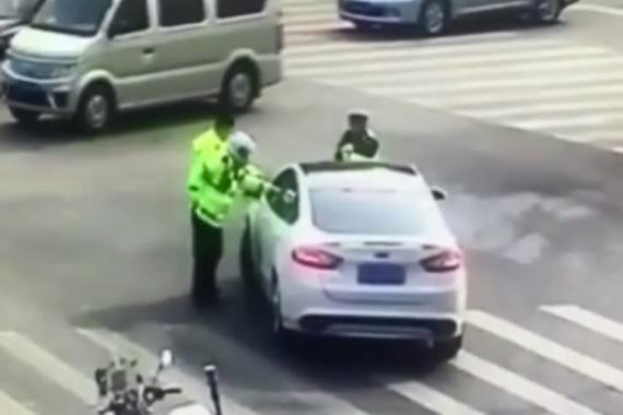 视频:野蛮司机冲撞交警!马路上疯狂逃窜