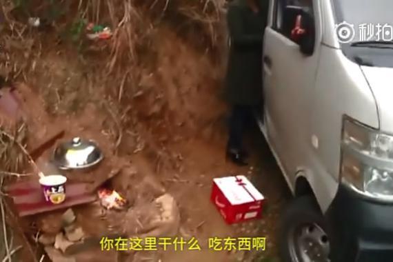 视频:应急车道架锅煮泡面 罚200元记6分