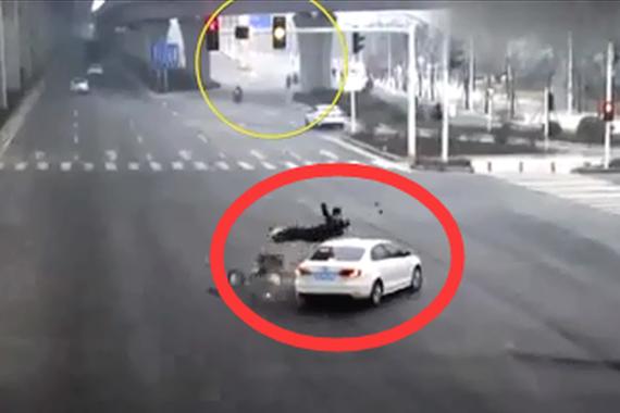 视频:抢黄灯遇上闯红灯!悲剧无法避免