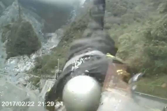 视频:机车骑手被逆行车辆撞落山谷