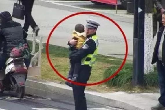 女车主被撞伤倒地 交警抱其孩子指挥交通