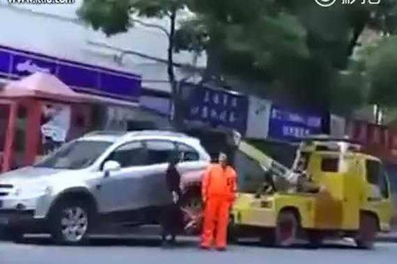 视频:牛了!违章女司机将拖车拖走