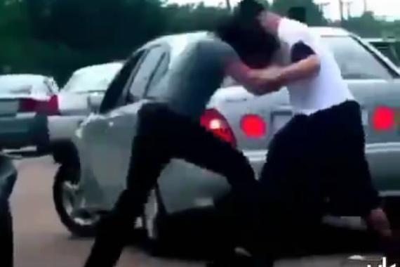 视频:司机街头互殴!暴力解决路怒症