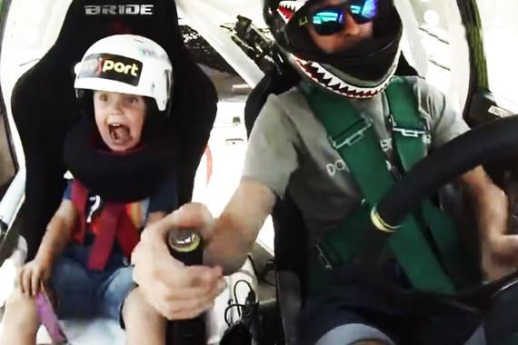 视频:吓坏孩子!赛车手父亲带儿子过周末