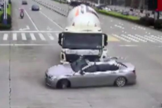 搅拌车司机先闯红灯再撞坏百万宝马车