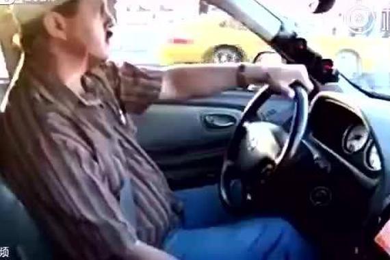 视频:看不起出租车司机?秒杀跑车少年