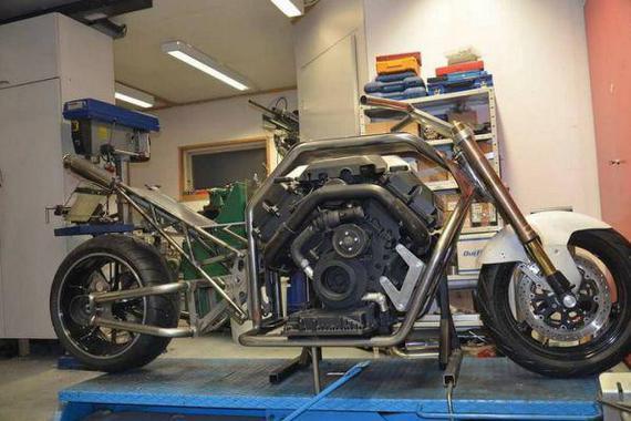 使用宝马双涡轮增压V8的重型摩托车