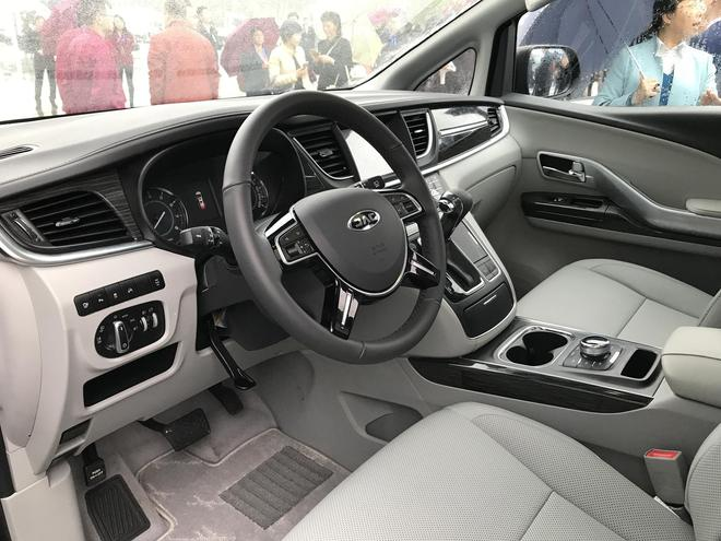 动力方面,瑞风M6将搭载一台2.0T涡轮增压发动机,最大功率为190马力,传动部分将匹配一台双离合变速箱。   另外,江淮还将着眼于MPV细分市场,进一步丰富瑞风M系家族产品,瑞风M41.9CT国V柴油版和1.5TGDI车型也将分别在5月和10月上市销售。两款车型在外观和内饰上预计与现款车型相差不大,主要的差别在于动力系统的变化。   瑞风M4 1.