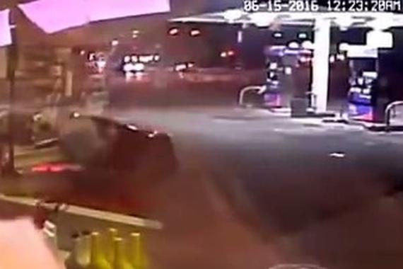 视频:汽车瞬间爆炸!男子加油站内抽烟