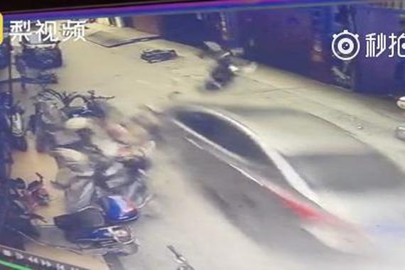 错把油门当刹车 7旬大爷飞车撞毁一排摩托