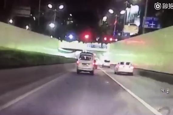 """视频:""""不知道右边白色轿车压到了吗?"""""""