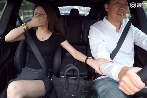 视频:大胆的美女体验跑车加速!