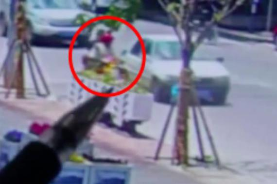 视频:忍不了!轿车逼停电动车并狂殴