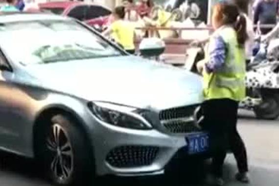 视频:就为9元停车费!奔驰车主撞收费员