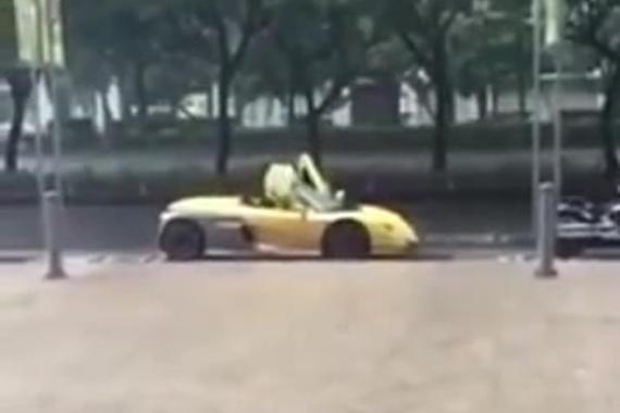视频:敞篷车顶坏了,司机只好穿雨衣开