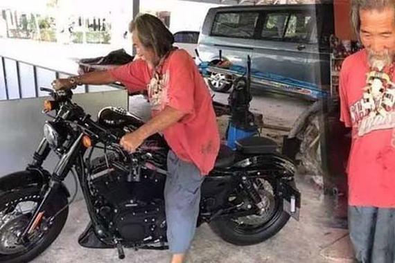 邋遢老头进店无人搭理 最后花12万买哈雷摩托车