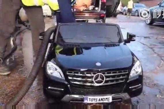 视频:熊孩子开豪车去加油站洗车,洗车工都蒙圈了
