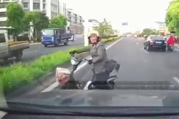 """视频:电动车就是道路上的""""大哥""""!"""