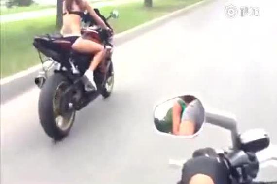 花样多!这美女竟然把摩托车这样玩!!
