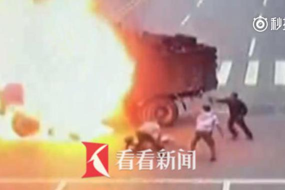 """摩托车撞爆货车油箱 司机瞬间成""""火人"""""""