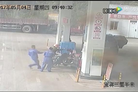 视频:惊险!男子加油站点燃摩托车