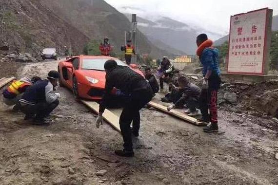 八百万兰博基尼成功开到西藏:6辆车护卫全程铺路