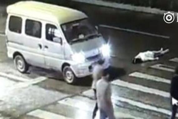 视频:被碾压女子已死亡 两涉事司机被抓