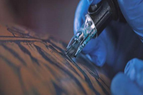 纹身师给摩托纹身,其工艺品随后被一土豪买走