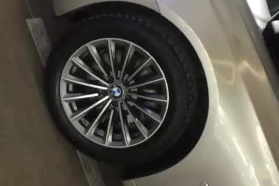 视频:轮毂很重要,宝马740更换中…
