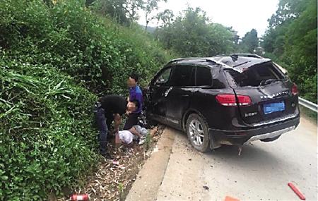 毒贩驾车加速逃离 辅警飞身抓住方向盘被拖一公里