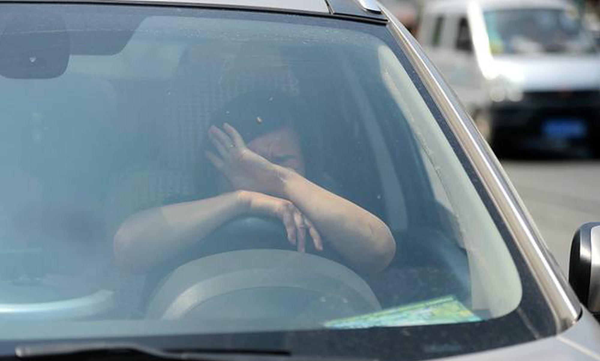 女司机连续变道酿车祸 扔下小孩自己跑路