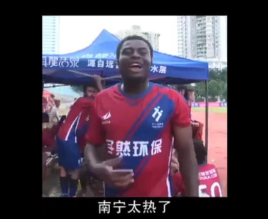 非洲小哥在天安门广场中暑晕倒,奔驰说:没晒得死-本事!