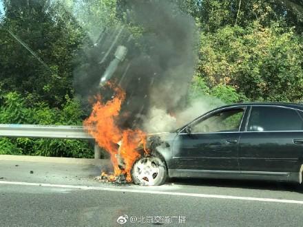京承高速车辆自燃 厉害了 竟然可以这样灭火