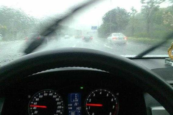 雨刮器刮不干净就要换 老司机笑笑说:5毛钱搞定!
