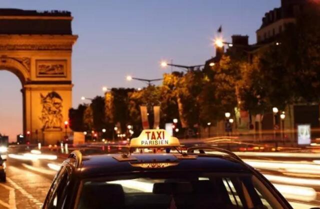 为女性定制,午夜巴黎的出租车闪着浪漫