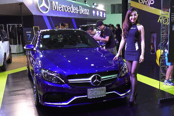 视频:车展奔驰家族全新亮相 车模相伴