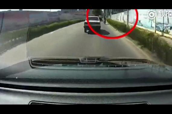 惊险一幕!女子骑电动车衣服突然卷进轮子!