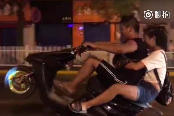 """西安街头摩托载人""""炫技"""",4人被抓"""