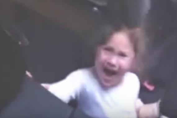 视频:当爸爸骗女儿敞篷车会吃人!