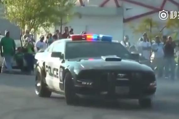 视频:警车福特Ford Mustang玩漂移