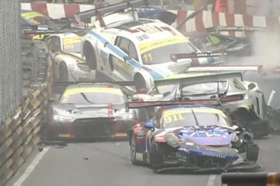 视频:澳门赛车大追尾!13辆超跑损失近半亿