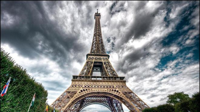 埃菲尔铁塔下部的弧线采用了型面设计