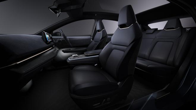 宽敞的内饰空间、支撑性和舒适性极佳的座椅