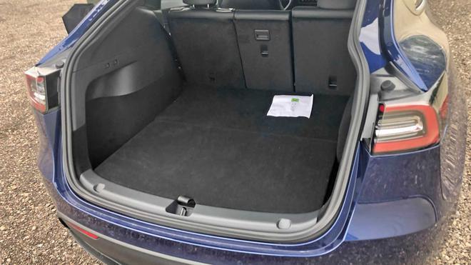 为了实现滑入式后部装货,特斯拉Model Y后备箱盖向下延伸到保险杠外盖的顶槽之中。
