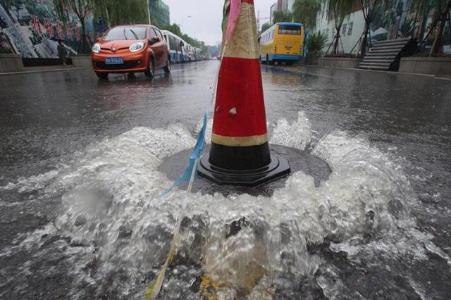 路面污水跑冒 排水部门清理