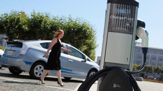 美国汽车协会:消费者开始对电动车感兴趣 但多数尚无购买意愿