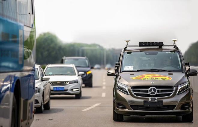 戴姆勒获得首张北京市自动驾驶车辆道路测试牌照