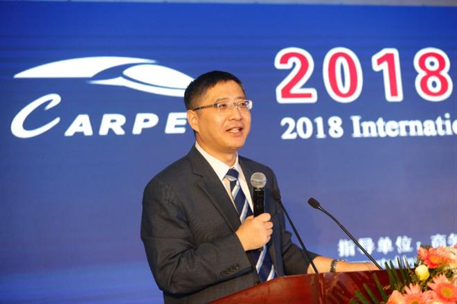 中汽中心首席专家、政研中心主任吴松泉主持上午会议