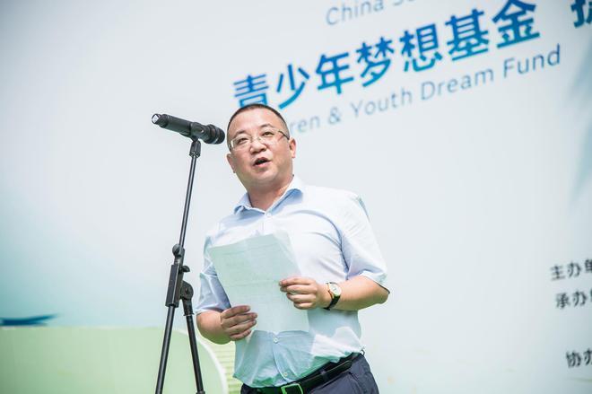 6-成都青羊区教育局副局长徐琨先生高度重视捷豹校园足球项目